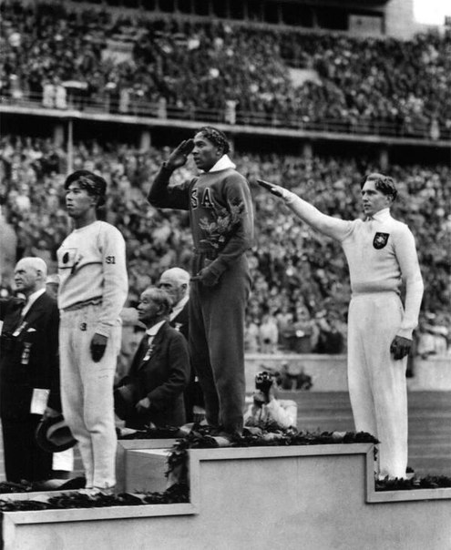 Как Ариец Луц Лонг давал советы афроамериканцу Джесси Оуэнсу, Берлин, 1936 год. Думаю, многим хорошо известна первая фотография со стоящими на олимпийском пьедестале японцем, чернокожим