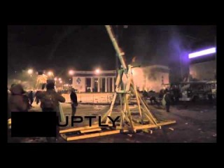 Оппозиция применяет катапульту во время митинга * Схватка на Грушевского катапульта
