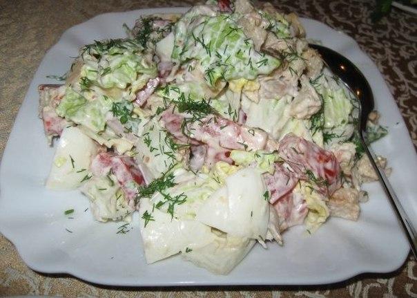 Салат с пекинской капустой, курицей и сухариками