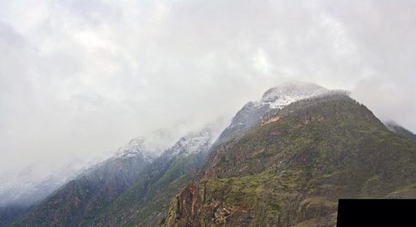 Вот тут неплохо видно ровную полоску, где выпал снег.