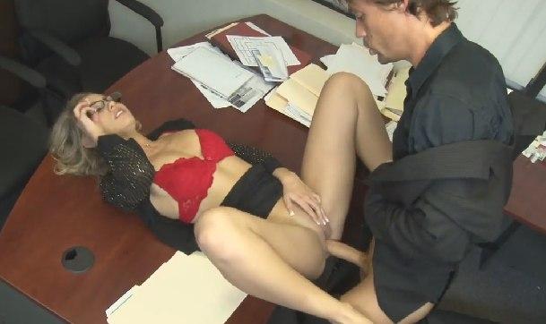 Ofiste azgın sekreteri siken patron – Erotik film