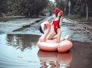 Жительница Саратова поплавала на надувном фламинго в одной из городских луж и устроила фот…