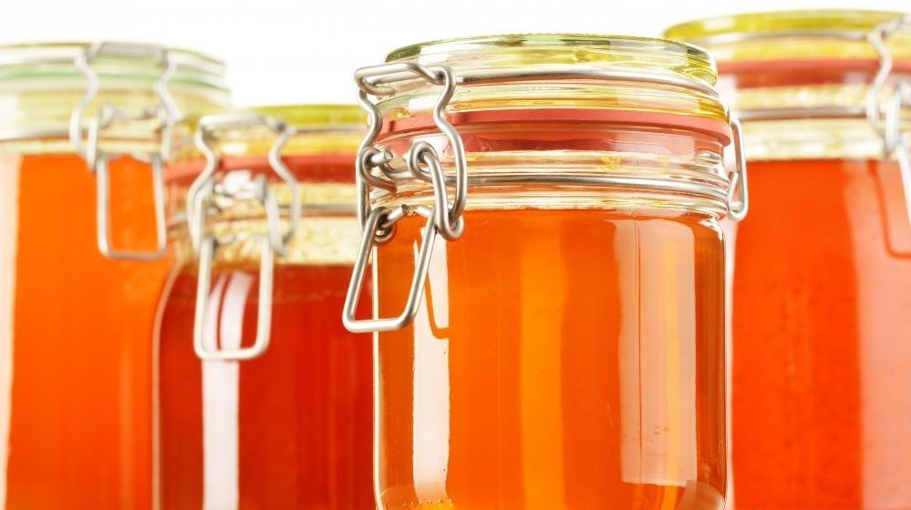 Мед может вызвать ботулизм у младенцев при проглатывании.