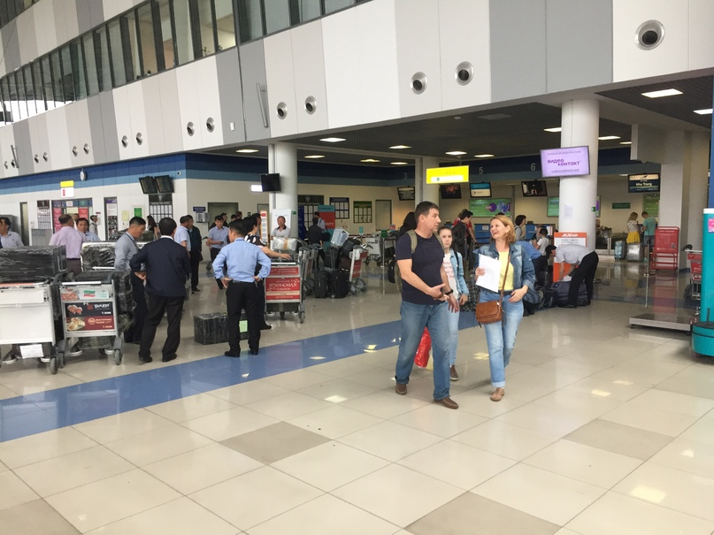 Отчет о путешествии в Северную Корею Ребята с черными сумками и в рубашках — это корейцы