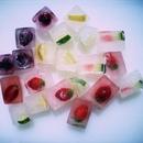 Добавив в воду для льда кусочки фруктов, ягод…