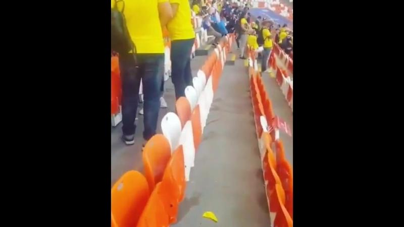 Фанаты Японии остались после того,как их команда выиграла, чтобы очистить свою сторону