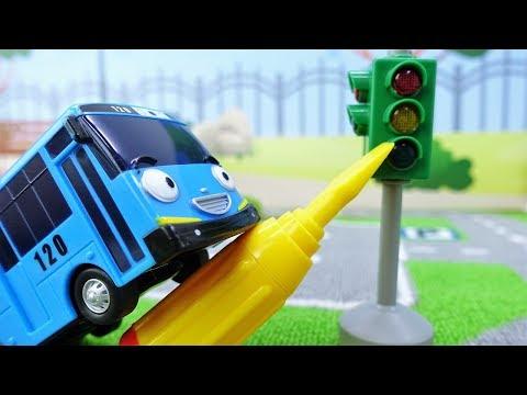 Tayo el autobús repara el semáforo. Coches para niños.