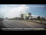 24.06.2016. Ачинск. ул. 5 июля. Грузовик рассыпал блоки на дорогу и продолжил движение!