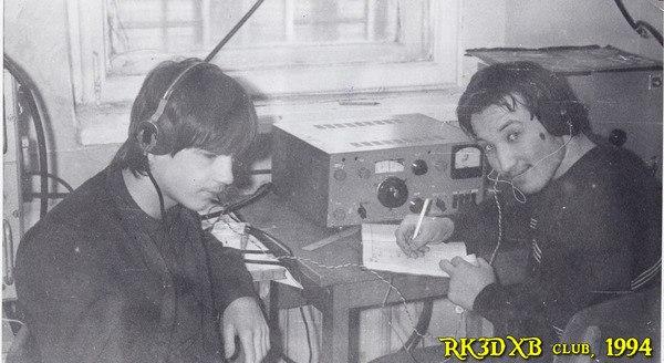 RK3DXB 1994 год :: Антон Лаухин у трансивера UW3DI-2 на школьной радиостанции