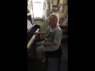 Учительнице музыки 104 года! - Она прекрасна! -