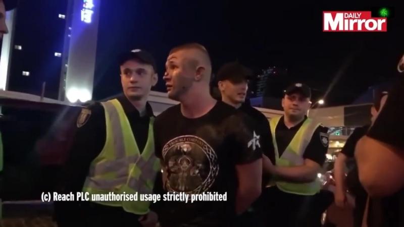 """В Киеве люди в масках напали на фанатов """" Ливерпуля """""""