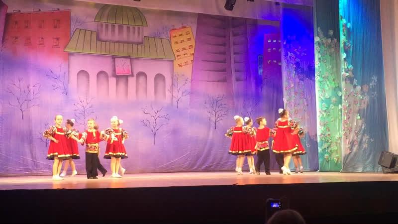 Рома танцует на сцене ДК Кирова