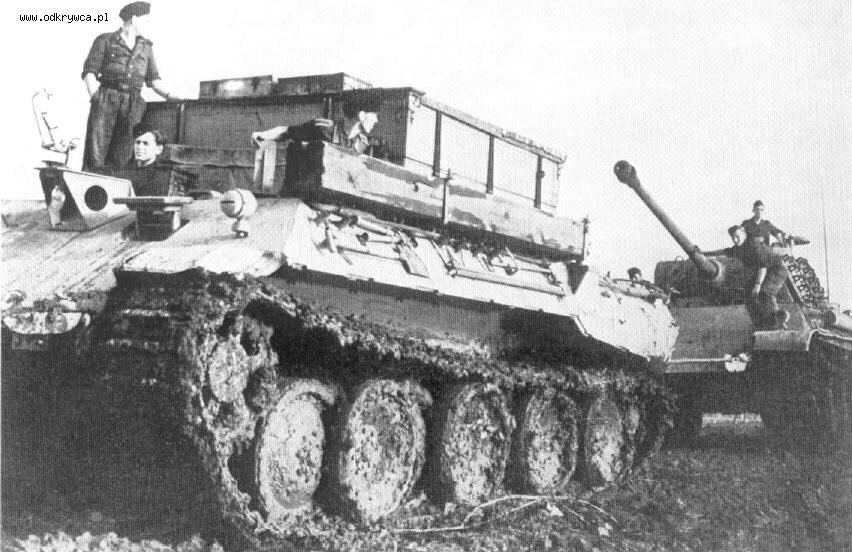 Немецкая БРЭМ Bergepanzer V буксирует застрявший средний танк Pz.kpfw V Ausf. G.