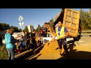 Страшное ДТП - КАМАЗ с песком упал на легковушку