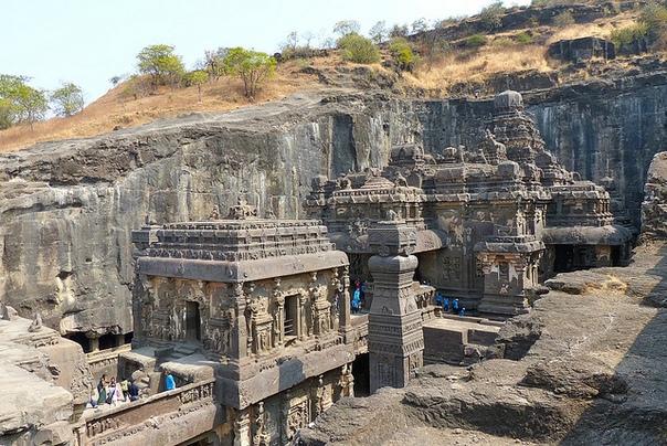 Храм Кайласа - самый большой монолитный храм в мире, расположенный в пещерах Эллора, Махараштра, Индия
