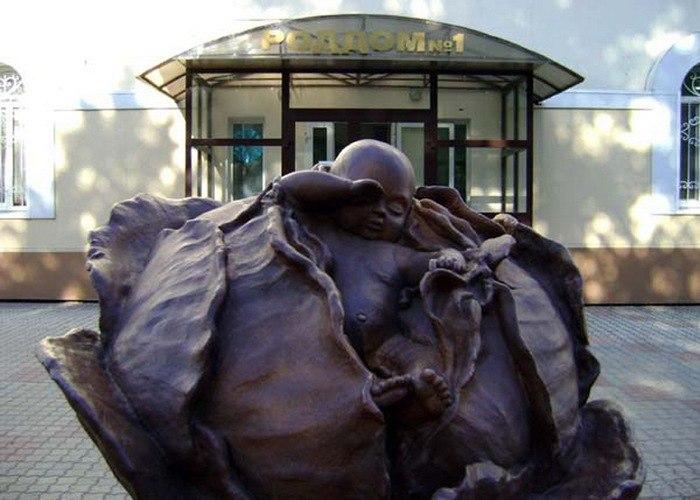 Памятник новорожденному в капусте («Лёшка», скульптор Олег Кислицкий, установлен 15 мая 2008 года у роддома № 1, пр. Ленина, 65 / ул. Герцена, 1