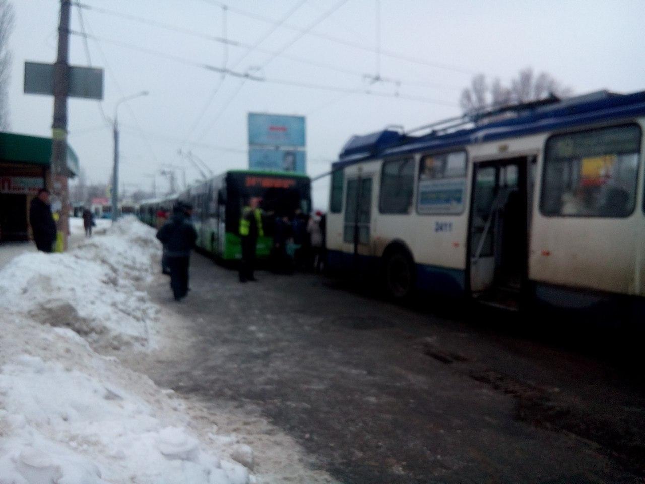 По проспекту Юбилейному стоят троллейбусы (ФОТО)