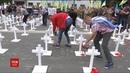 Роковини трагедії Рідні загиблих під Іловайськом встановили сотні хрестів під посольством РФ
