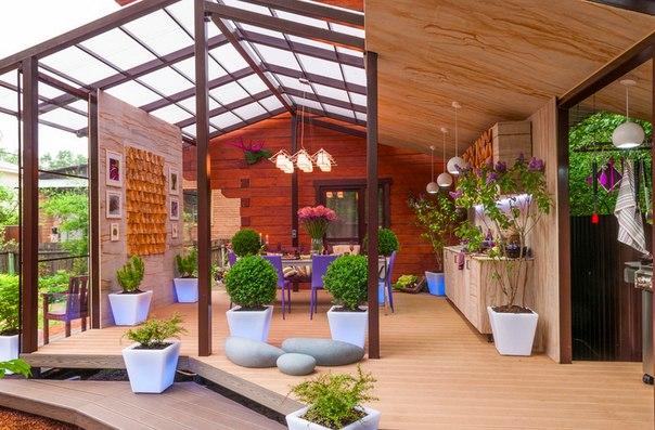 Как построить террасу с навесом: пример из Подмосковья Очень просто: добавить много воздуха и света за счет прозрачных стен и крыши, выстроить защиту от ветра, посадить вокруг пышную зелень. Для полноты картины понадобится необычный свет и яркая мебель