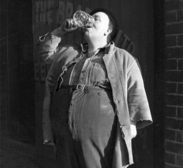 Чемпион по питью пива Британец Джордж Дайлер употреблял пинту (0,56 литра) за 4 секунды. Великобритания, 1954