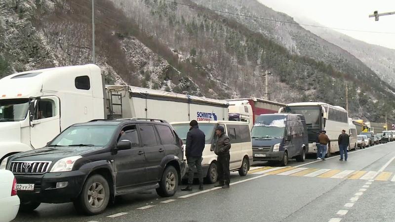 Более 200 машин скопились перед КПП Верхний Ларс после закрытия дороги которая соединяет Россию иГрузию Новости Первый канал