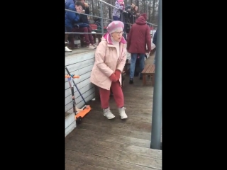 Бабуля отжигает под sweet dreams!