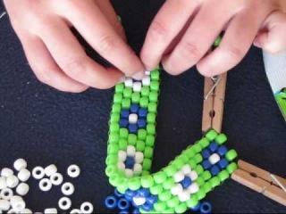 Урок по бисероплетению для начинающих мастериц, делаем браслет на руку из крупных бусин, рисунок с цветами
