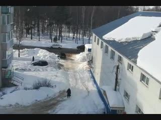 Бабуля против гигантской глыбы снега и льда