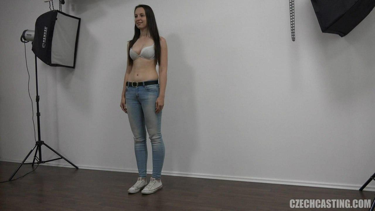 Молодая стройная девушка в джинсах и лифчике