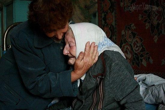 По соседству живет старушка. Муж её умер пять лет назад, а года два назад её дочка вместе со своим мужем и двумя маленькими детьми попали в аварию, разбились.