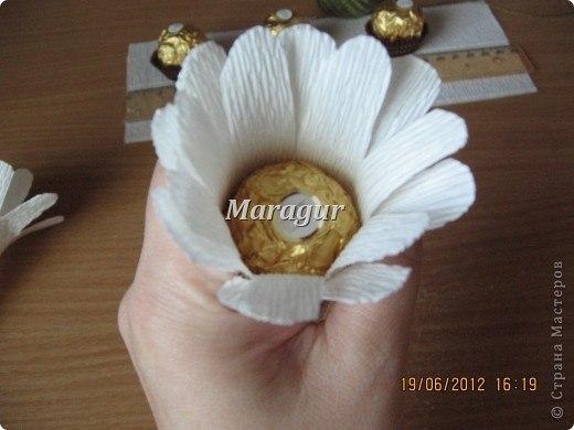 Ромашка с конфетой своими руками