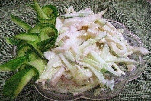 Диетический салат из кальмаров со сметаной