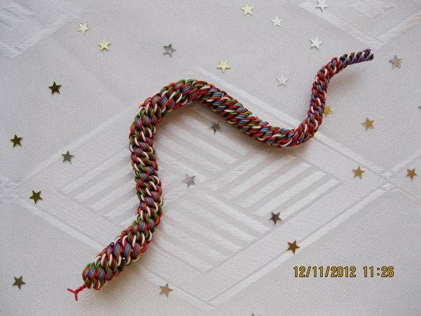 Змейка из цветной проволоки.