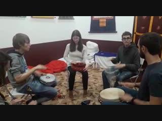 Игра на африканских барабанах
