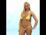 Девушка в желтом микро бикини