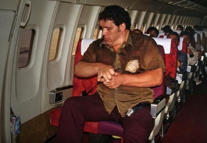 Рестлер и актер Андре Гигант пытается пристегнуться в самолете, 1980-е.