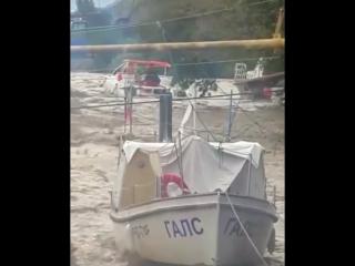 Река унесла в море два катамарана...