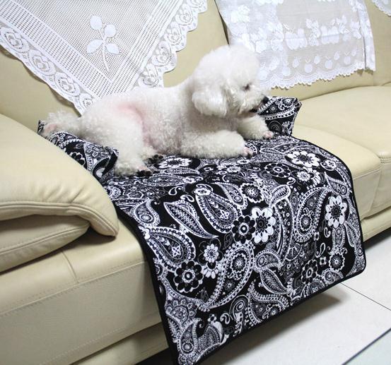 Место для собаки на диване -
