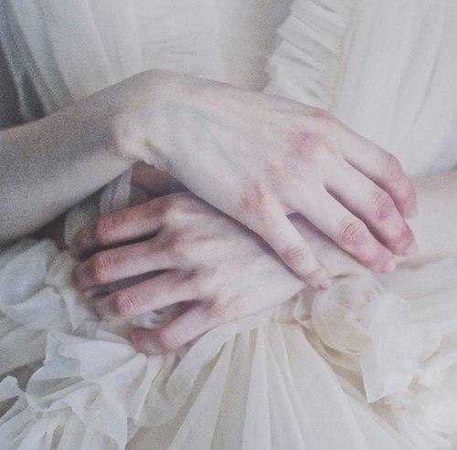 Фетиш девушка на руках у девушки