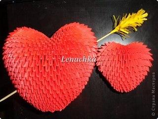 Модульное оригами Сердечко сделано из треугольных модулей красно.