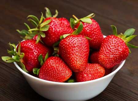 Клубника богата необходимыми питательными веществами витамином С, калием, фолиевой кислотой и клетчаткой.