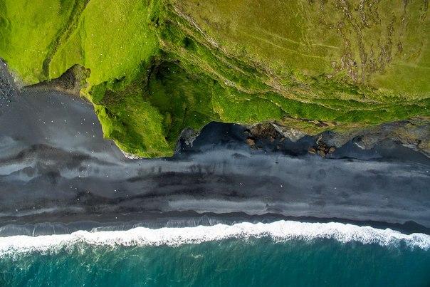 Дмитрий Балакирев, автор фото: «В большинстве случаев природа такого необычного ландшафта вулканическая: миллионы лет назад раскаленная лава остужалась прохладной водой и распадалась на мельчайшие чёрные песчинки».