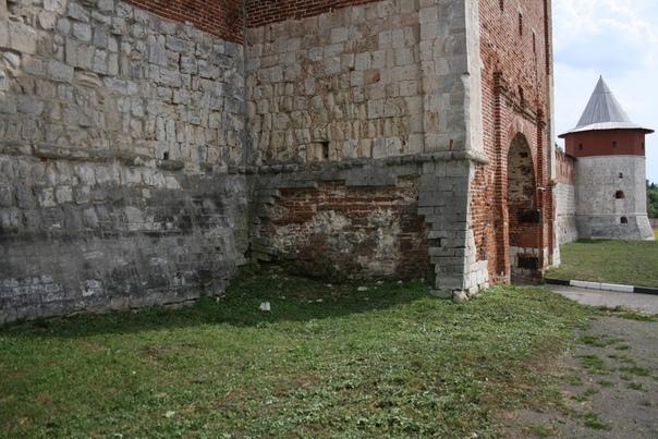 Жаль, что внешняя облицовка камнем настолько сильно обвалилась, а стена так изношена.