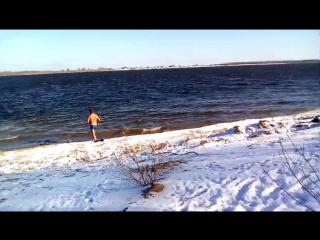 Мужик купается зимой идиот