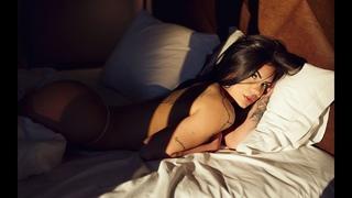 Девочка разделась, начала мастурбировать и сразу кончила на кровать