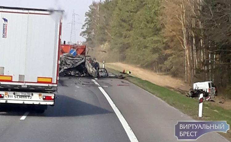 Фура врезалась в машину дорожников на трассе М1