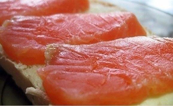 красная рыба засоленная... в морозилке - необычный рецепт приготовления. приготовить тузлук (на 1-1.5 кг рыбы): на 1 литр воды 5 столовых ложек соли и 5 столовых ложек сахара. соль и сахар берем