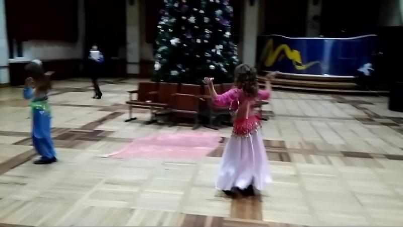 Сашка танцует на конкурсе