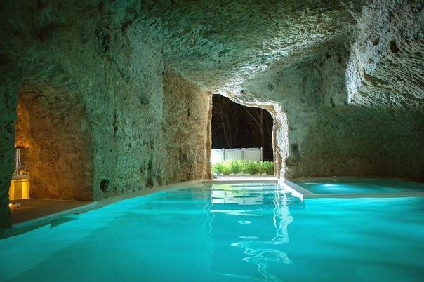 Дом в пещерах исторического городка, Италия