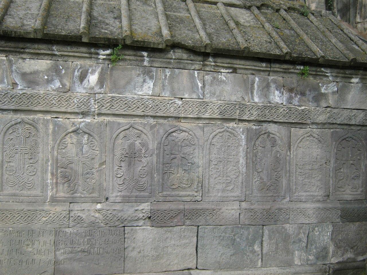хачкары на стене гробницы в Татевском монастыре